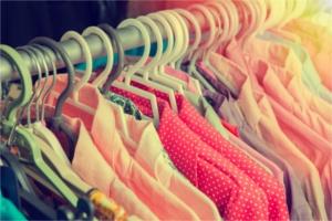 Bunte Blusen auf einer Kleiderstange