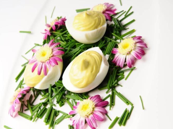 Halbierte Eier mit Senf und Schnittlauch