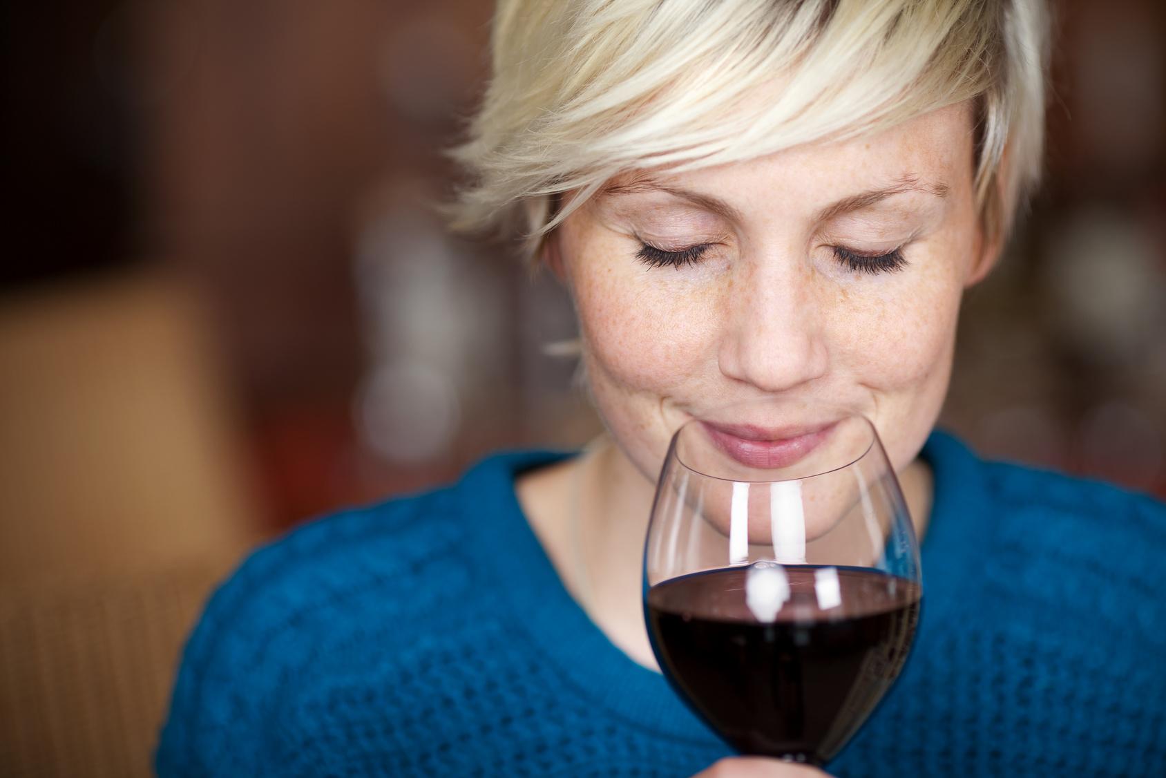 Genuss eines Glases trockenen Rotweins