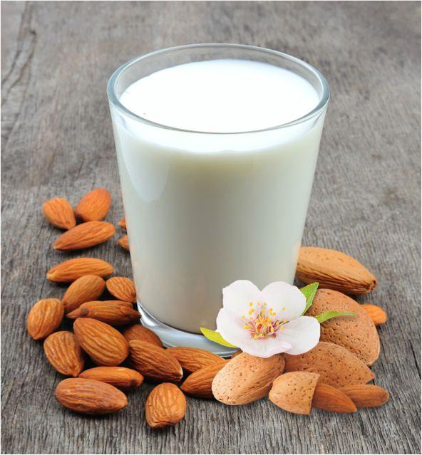Glas Milch mit Mandeln