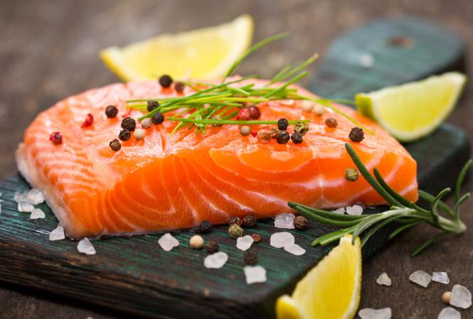 Frischer Lachs ist proteinreich und reich an Kalzium