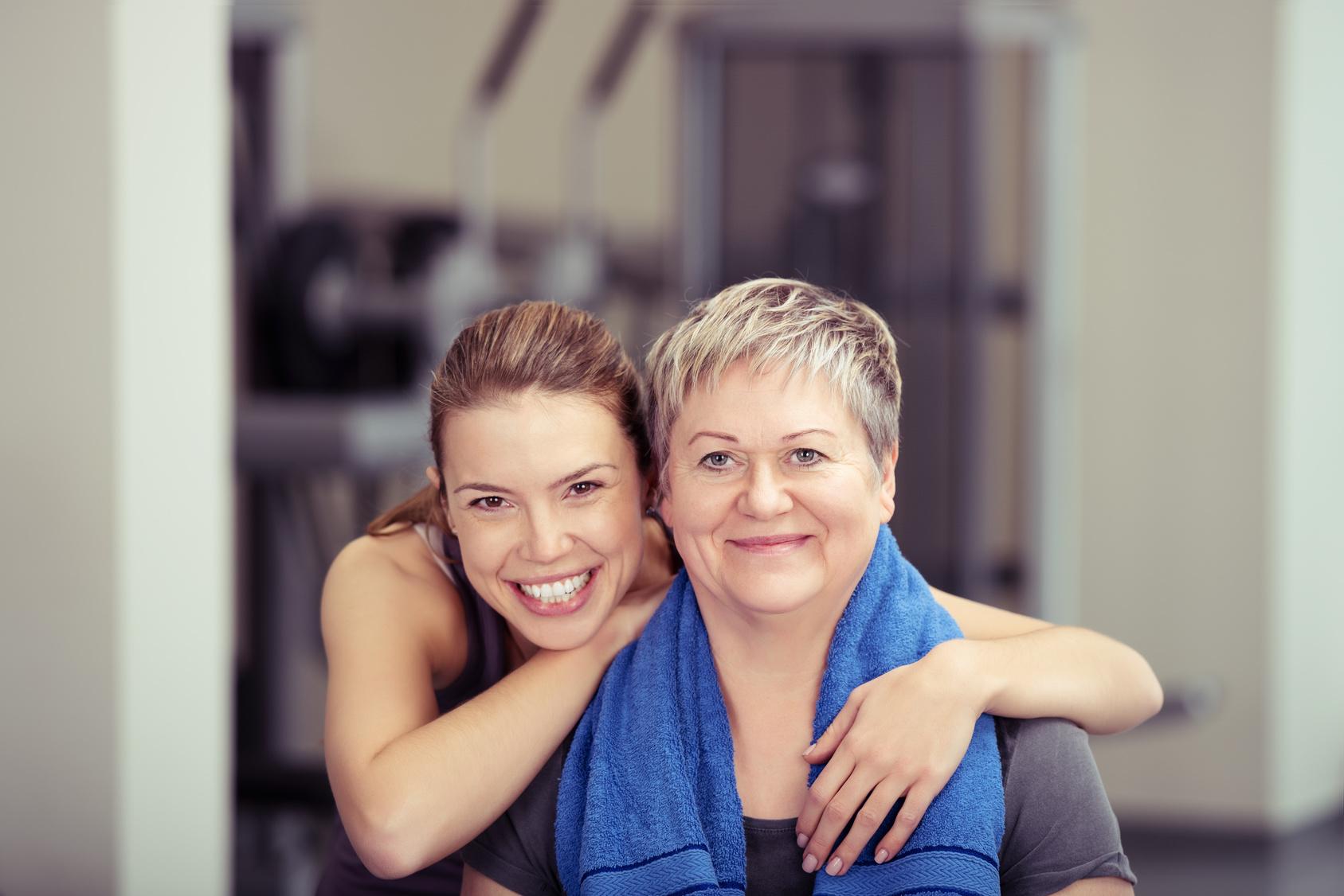 Mutter und Tochter beim Trainieren