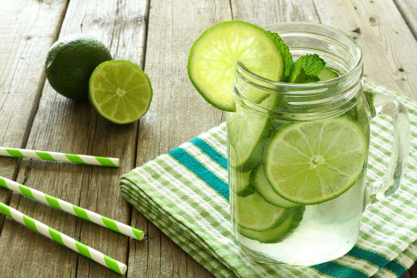 Detox Wasser mit Gurke und Limette