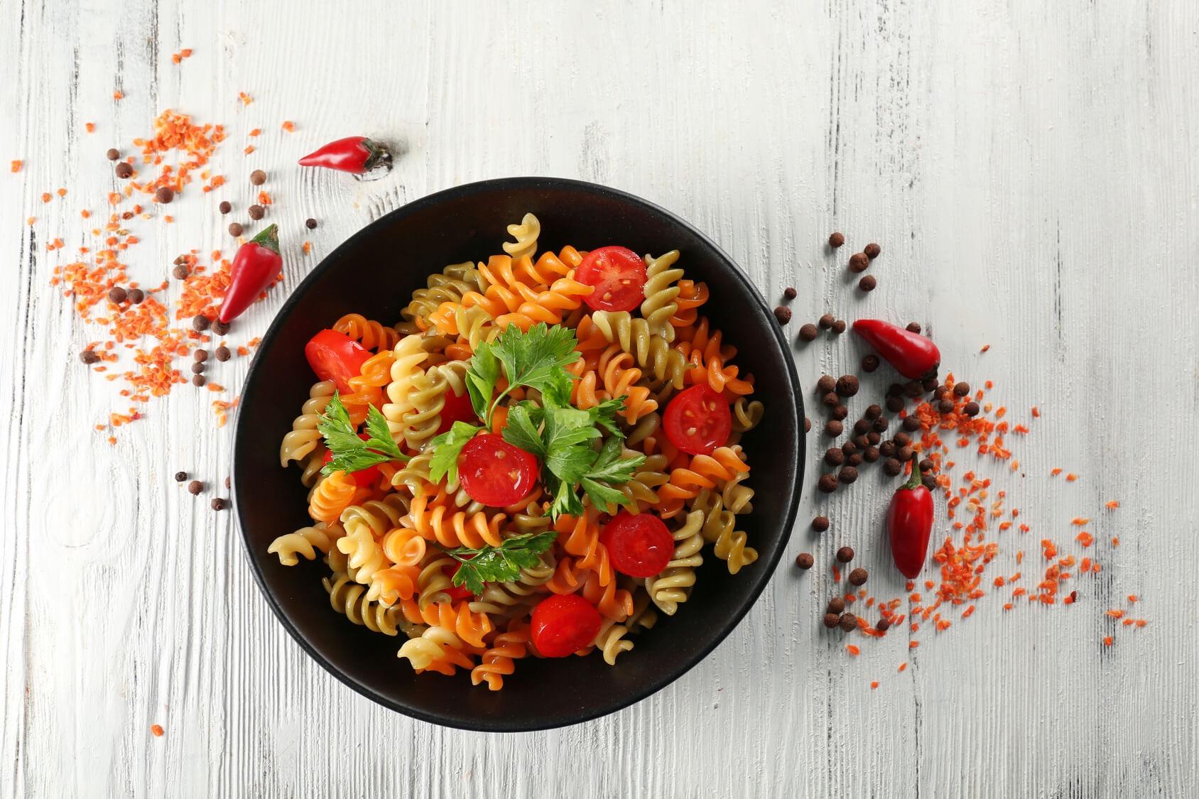 Gemüsenudeln mit Tomaten und Basilikum