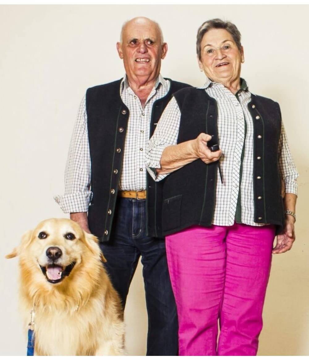 Oma und Opa Hofer mit Hund