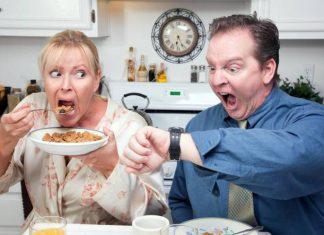 Paar verschlingt unter Zeitdruck das Frühstück