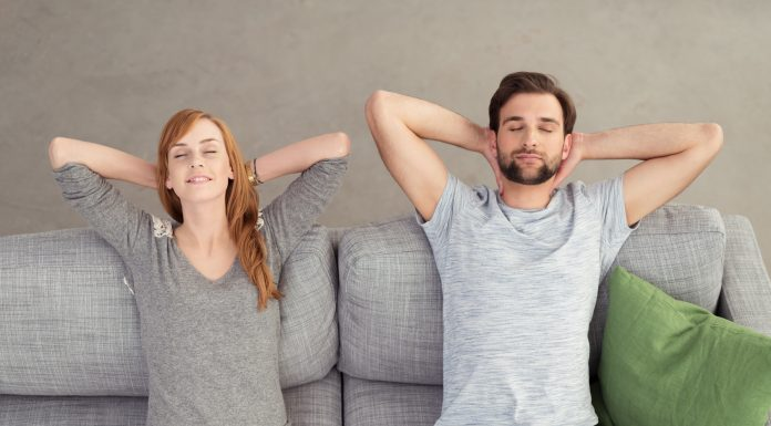 enspanntes, junges Paar mit geschlossenen Augen