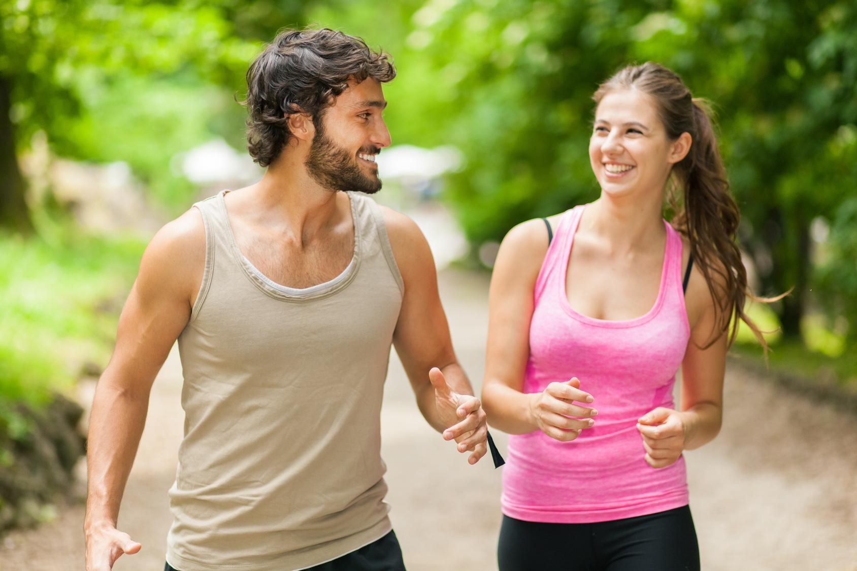 Mann und Frau nehmen mit den gleichen Methoden ab