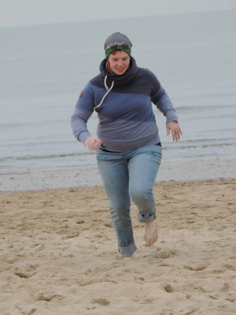Birgit rennt am Strand bevor sie mit BodyChange abgenommen hat