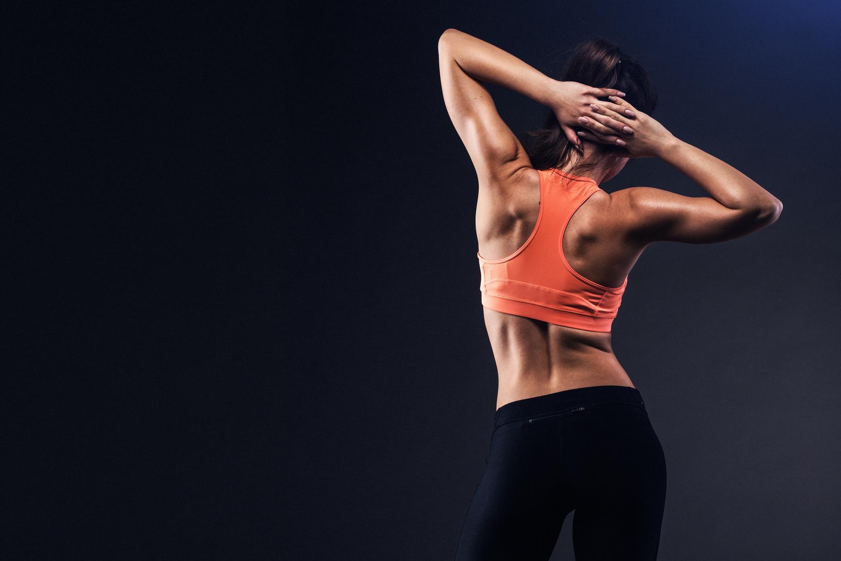 Frau mit starkem Rücken