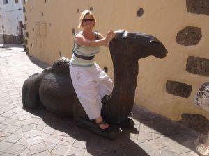 Tjarda sitzt auf einem Kamel