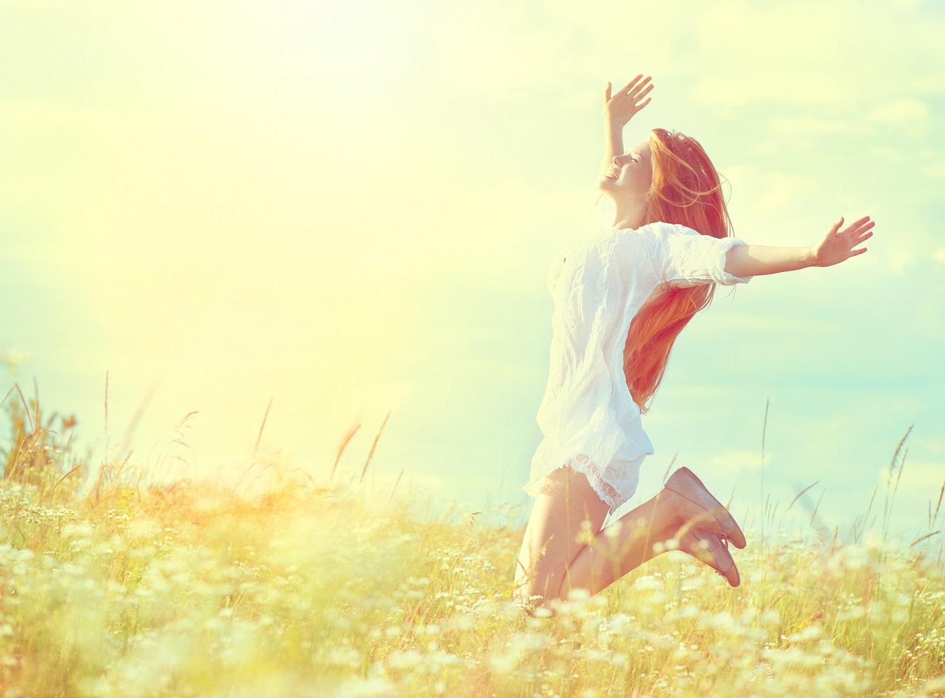 Frau springt vor Freude hoch