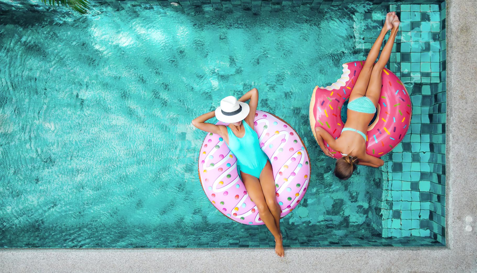 Girls relaxen im Pool