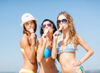 frauen-strand-bikini-eis