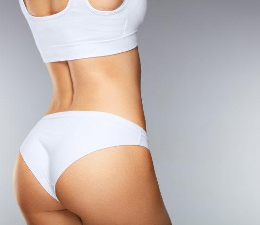 Rückseite einer Frau ohne Cellulite