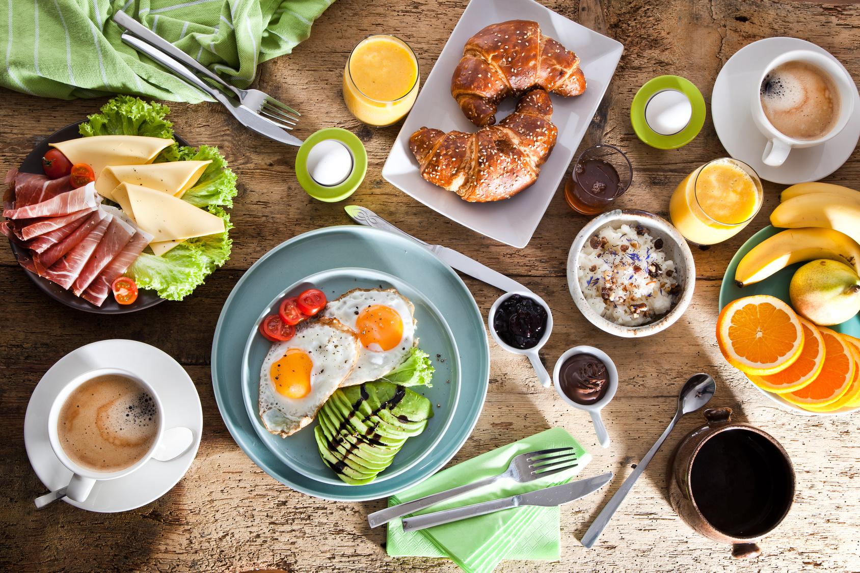 Frühstückstisch mit vielen verschiedenen Leckereien