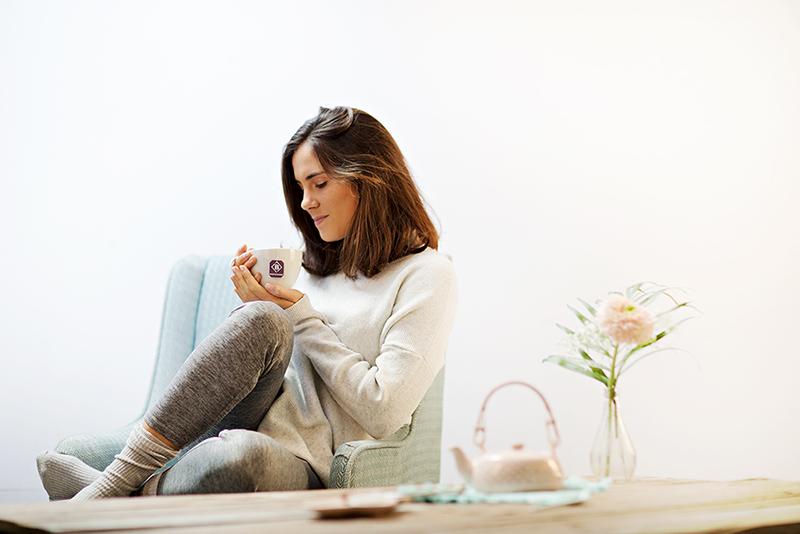 Frau trinkt BodyChange 14 Days Clean Tea
