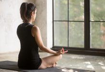 Frau führt Entspannungsübung gegen Stress aus