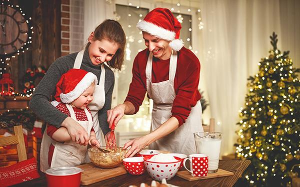 Familie backt gemeinsam Weihnachtsplätzchen