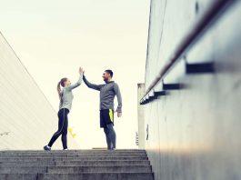 Paar nach erfolgreicher gemeinsamer Sporteinheit
