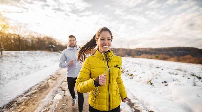 Sport im Winter - Paar beim Joggen im Schnee