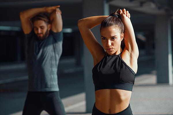 Paar trainiert zusammen