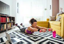 frau beim home workout