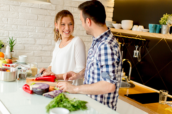 Junges Paar kocht in der Küche gesundes Essen