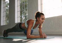 Frau macht Plank beim Home-Workout
