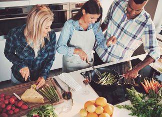 Familie kocht gemeinsam ballaststoffreich mit viel Gemüse