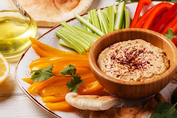 Gemüse Sticks mit Hummus als gesunde Zwischenmahlzeit