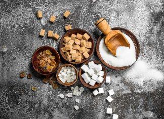 Verschiedene Arten von Zucker in Bowls