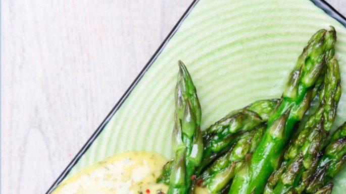 Grüner Spargel mit Kräuter-Senfsoße