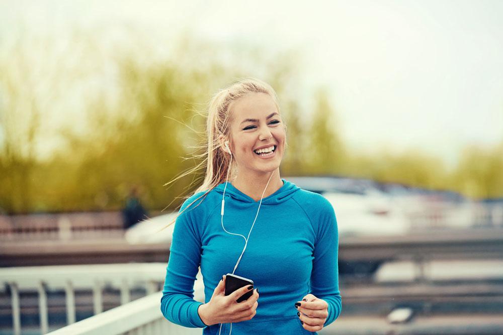 Frau strahlend nach Workout, nachdem sie es geschafft hat, endlich abzunehmen