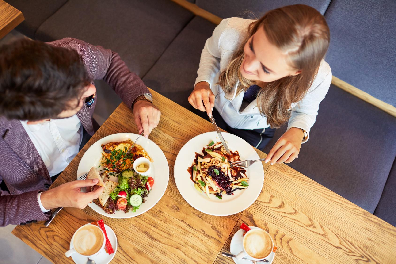 Paar am Tisch beim Essen