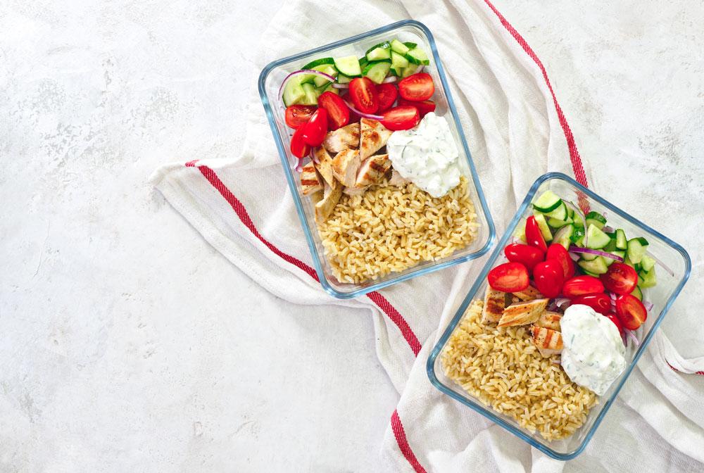 Vorkochen erleichtert den Alltag. Vorgekochter Reis mit Chicken und Gemüse